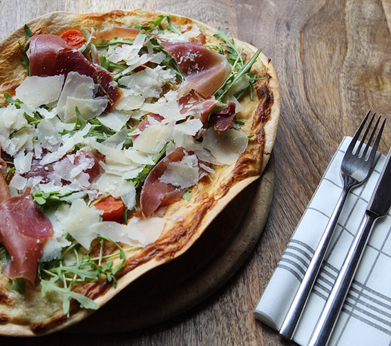 In unserem Restaurant in Berlin-Mitte bekommen Sie leckere Gerichte von Flammkuchen bis Pasta und vielem mehr.