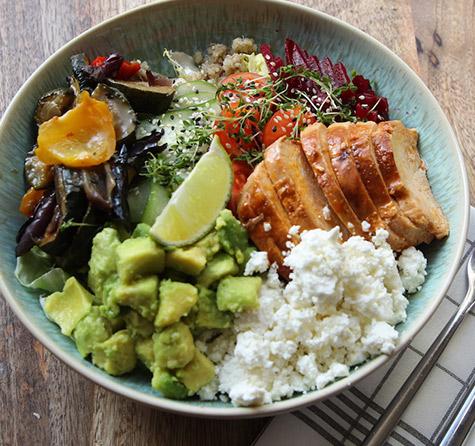 Quinoa Bowl mit Chicken, Feta, Avocado & Gemüse