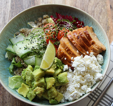 Quinoa Bowl mit Chicken, Feta & Avocado
