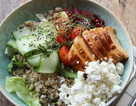 Quinoa Bowl mit Chicken und Feta