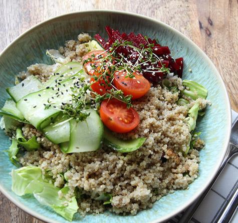 Quinoa Bowl mit Salat